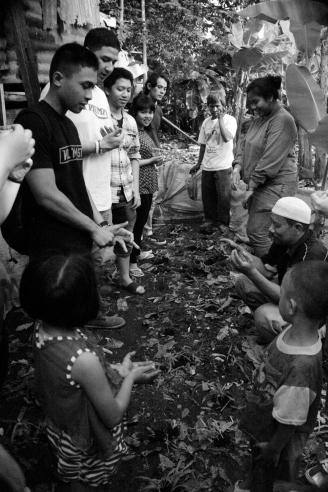 Berdoa memohon berkah saat memberi pupuk tanaman benih jagung di kampung gedang2